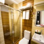 Laze -Toilet with shower twin room