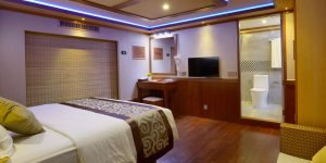 LEO Luxury Yacht owners cabin jacuzzi 3